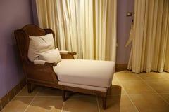 Interno di legno della casa del letto di sofà del tessuto fotografie stock