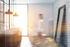 Interno di lusso bianco del bagno, sfuocatura della donna Fotografia Stock