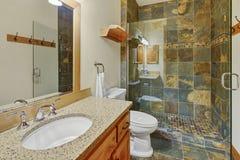Interno di lusso del bagno con le mattonelle di pietra naturali fotografie stock libere da diritti