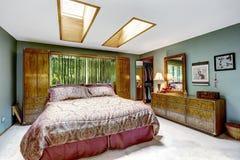Interno di lusso della camera da letto con i lucernari Fotografia Stock