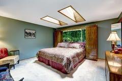 Interno di lusso della camera da letto con i lucernari Immagine Stock Libera da Diritti
