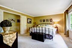 Interno di lusso della camera da letto con il letto della struttura del ferro Immagine Stock