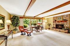 Interno di lusso della casa della cabina di ceppo salone for Planimetrie della cabina di log con soppalco