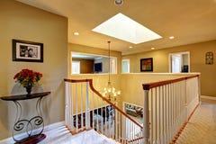 Interno di lusso della casa Di sopra corridoio con la scala Fotografia Stock