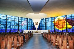 Interno di nuova chiesa di Madonna di amore Divine, DES famoso fotografie stock