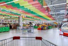 Interno di nuovo magnete di ipermercato Il il più grande retaile della Russia Immagine Stock