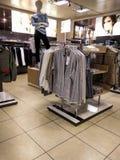 Interno di piccolo negozio di vestiti di modo allo steet di Nord alla parte settentrionale di Dusseldorf Immagine Stock Libera da Diritti