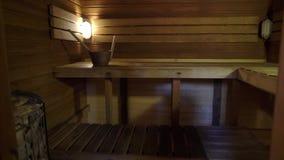 Interno di sauna - rilassi in una sauna calda stock footage