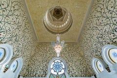 Interno di Sheikh Zayed Grand Mosque in Abu Dhabi, Emirati Arabi Uniti immagini stock libere da diritti