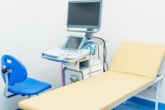 Interno di stanza medica con l'attrezzatura di sistema diagnostico di ultrasuono I immagini stock