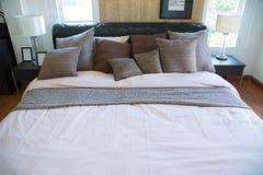 Interno di stanza moderna o della stanza del letto, camera da letto di lusso classica con la decorazione, camera da letto moderna Fotografie Stock Libere da Diritti
