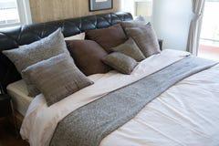 Interno di stanza moderna o della stanza del letto, camera da letto di lusso classica con la decorazione, camera da letto moderna Fotografia Stock Libera da Diritti