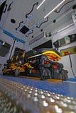 Interno di un'ambulanza moderna con la barella Immagine Stock