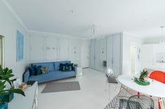 Interno di un appartamento luminoso Fotografie Stock