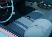Interno di un'automobile classica in tonalità del blu illustrazione di stock