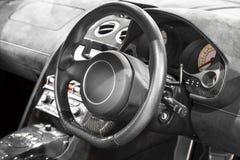 Interno di un'automobile, di un volante e di un cruscotto moderni immagini stock