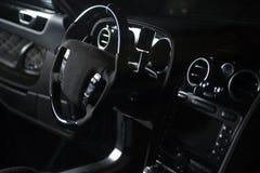Interno di un'automobile nera grigia di lusso moderna, dettaglio automatico fotografia stock libera da diritti