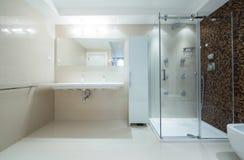 interno di un bagno moderno con la cabina della doccia fotografie stock libere da diritti