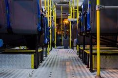 Interno di un bus collettivo vuoto alla notte veduta dalle sedie inferiori Fotografie Stock Libere da Diritti