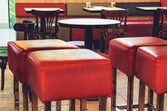 Interno di un caffè, ristorante o barra, sedie rosse nella priorità alta Immagine Stock Libera da Diritti