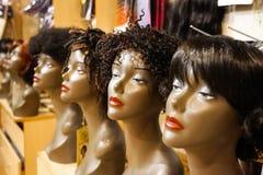 Interno di un deposito dettagliante raffinato della parrucca fotografia stock