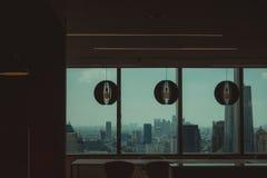 Interno di un edificio per uffici con la vista di una città urbana fotografia stock