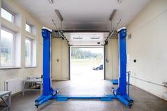 Interno di un garage di riparazione dell'automobile Fotografia Stock Libera da Diritti