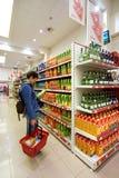 Interno di un hyperpermarket a basso prezzo Voli Immagine Stock