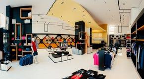 ce0f3c90b82f Interno di un negozio di vestiti Abbigliamento per gli uomini e le donne  sul fotografie stock