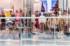 Interno di un negozio di vestiti nel centro shoping del CENTRO COMMERCIALE di DANA Immagini Stock