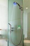 Interno di una cabina di vetro della doccia Fotografie Stock