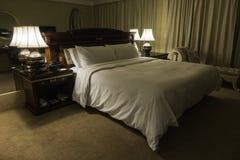 Interno di una camera di albergo con luce notturna Immagine Stock Libera da Diritti