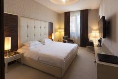 Interno di una camera da letto dell'hotel di mattina Fotografia Stock