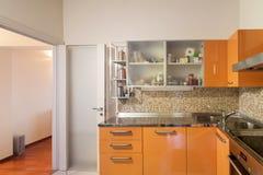 Interno di una casa, cucina domestica fotografia stock