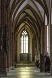 Interno di una cattedrale del mattone nello stile gotico Immagini Stock