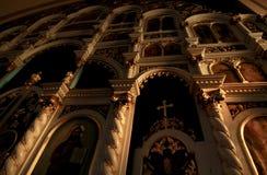 Interno di una chiesa cattolica accesa al sole Immagini Stock