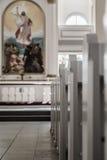 Interno di una chiesa vuota con i banchi e l'altare Fotografie Stock Libere da Diritti