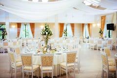 Interno di una decorazione della tenda di nozze pronta per gli ospiti Fotografie Stock