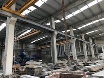 Interno di una fabbrica di elaborazione del granito immagine stock