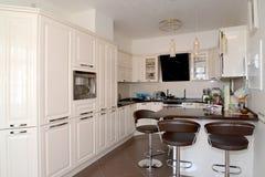Interno di una stanza cucina-pranzante nei toni leggeri Fotografie Stock Libere da Diritti