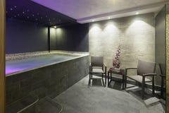 Interno di una stazione termale dell'hotel con il bagno della Jacuzzi con le luci ambientali Fotografie Stock Libere da Diritti