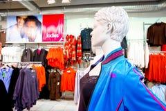 Interno di una vendita al dettaglio dell'abbigliamento di modo immagine stock