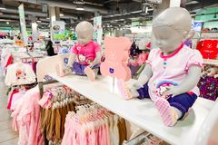 Interno di una vendita al dettaglio dell'abbigliamento di modo immagini stock