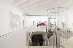 Interno di vasto Art Museum contemporaneo immagine stock