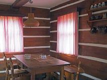 Interno di vecchia casa armata in legno di cattage con le sedie di tavola della quercia e fotografie stock libere da diritti