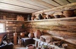 Interno di vecchia casa di legno rurale Fotografia Stock Libera da Diritti