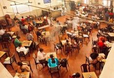 Interno di vecchio caffè vicino all'università indiana con la gente di rilassamento Immagini Stock Libere da Diritti