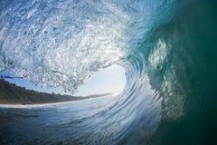 Interno di Wave - fuori praticando il surfing fotografia stock libera da diritti