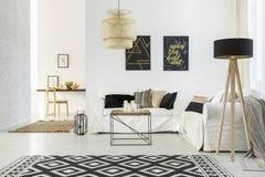 Interno domestico bianco con il sofà immagini stock libere da diritti
