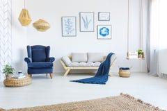 Interno domestico bianco con il sofà fotografie stock